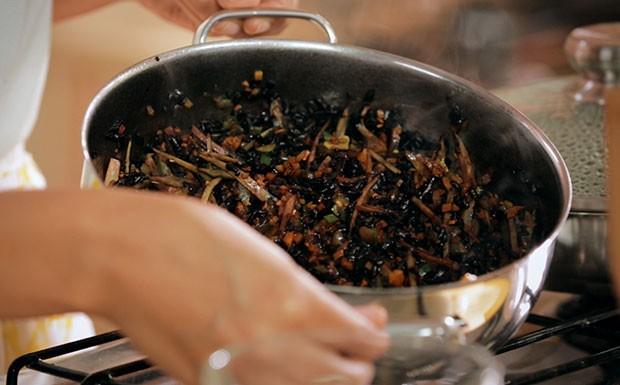 Arroz negro crocante com legumes: receita da Bela Gil