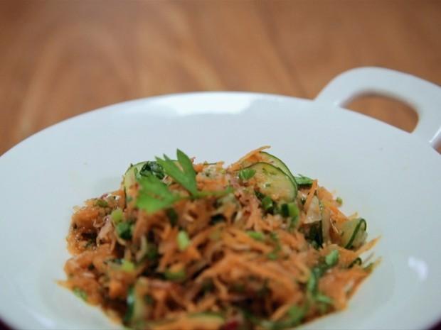 Salada de vegetais com cenoura, pepino e rabanete
