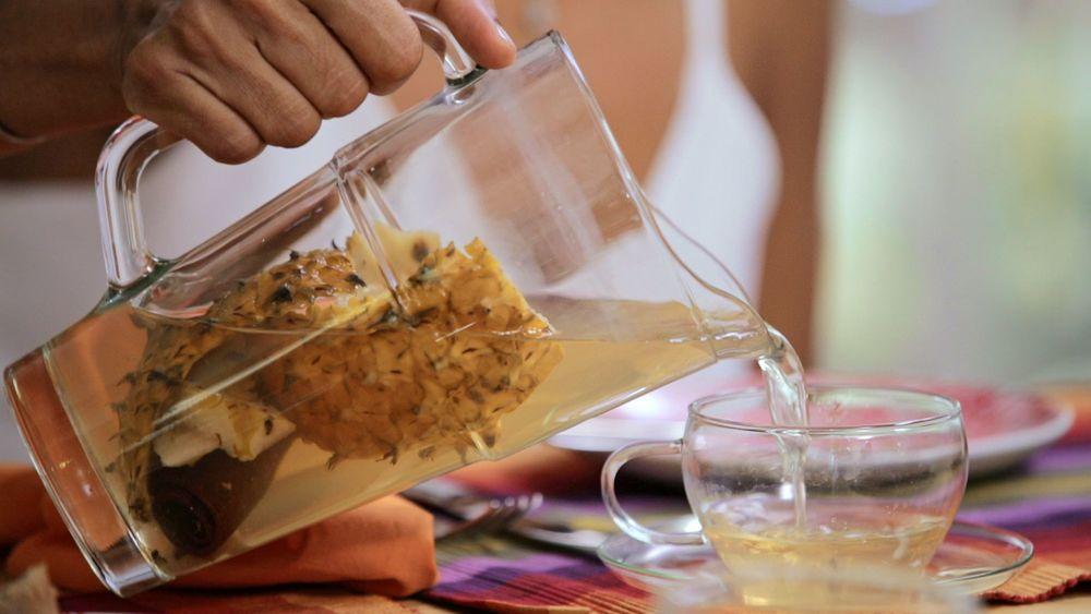 Chá de casca de abacaxi com cravo e canela
