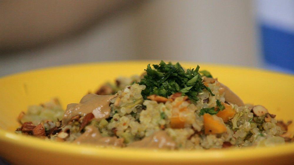 Legumes com quinoa e molho de tahine
