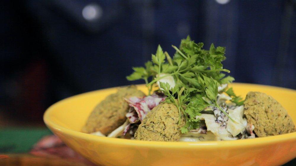 Salada verde com falafel de feijão fradinho
