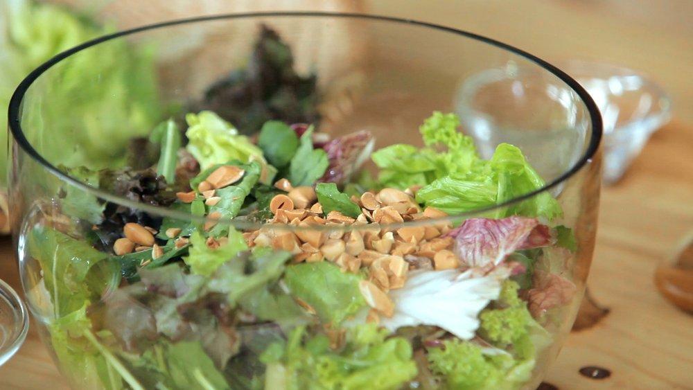 Salada verde com farinha de castanha de baru e manga