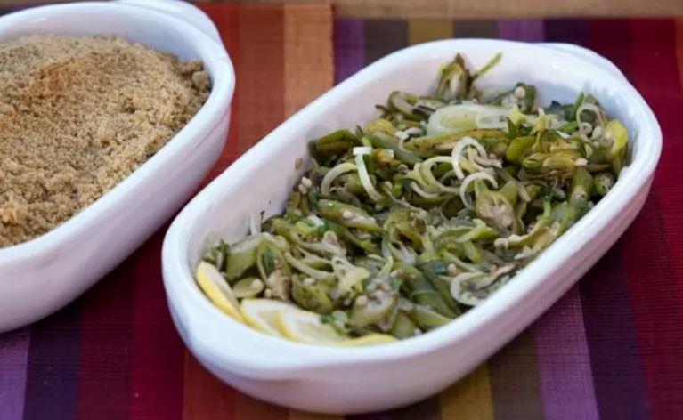 Salada de quiabo com alho-poró