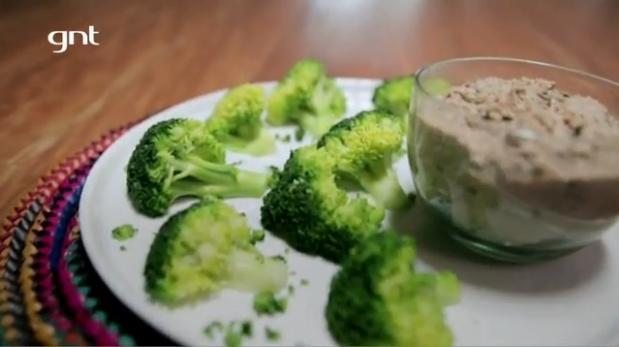 Patê de lentilha com nozes e brócolis de acompanhamento