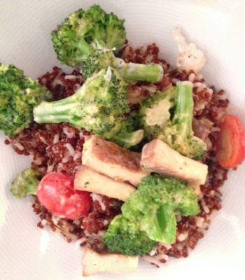 Mix de quinoa e arroz integral com legumes e molho de tahine