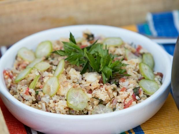Salada de tabule com castanhas e ervas