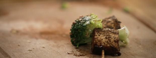 Espetinho de tempeh com brócolis